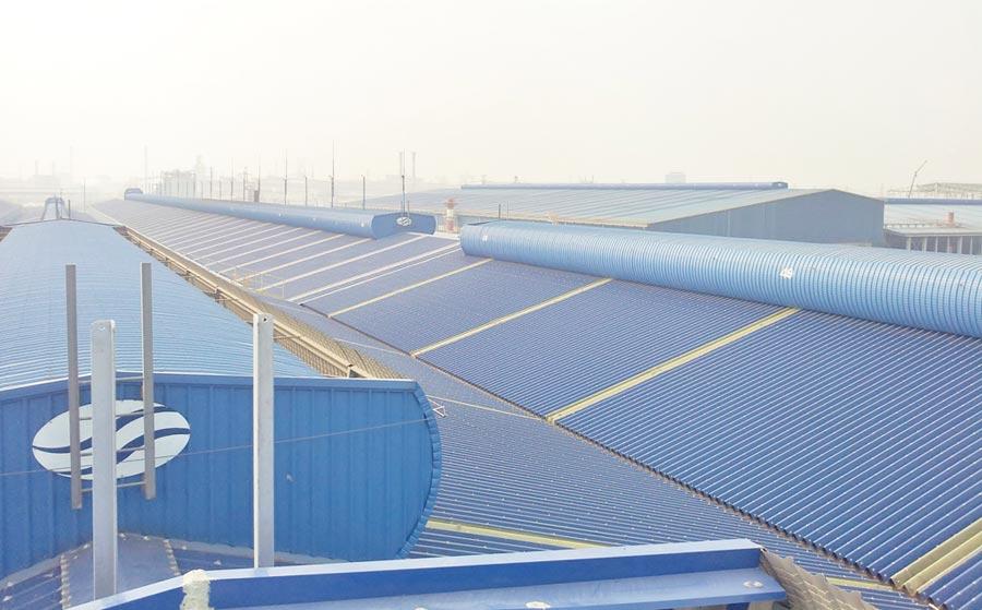 大柱國際工程設計專利導流式排氣樓(屋頂上方)強制排除上升的熱空氣、引入清爽空氣,讓室內降溫、通風。圖/業者提供