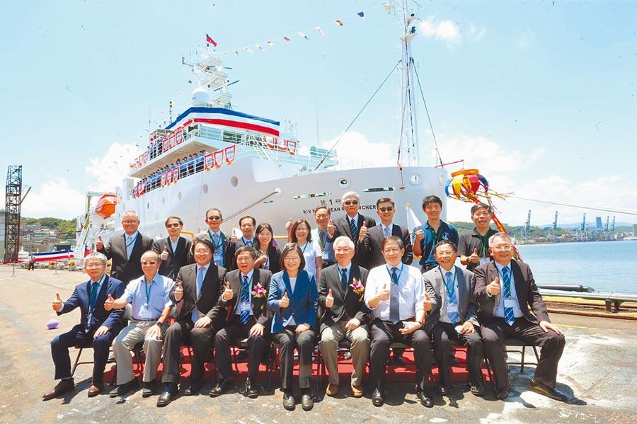 蔡英文總統(前排中)21日在基隆市長林右昌等人陪同下,於台船基隆廠為「新海研1號」進行交船命名儀式。(吳康瑋攝)