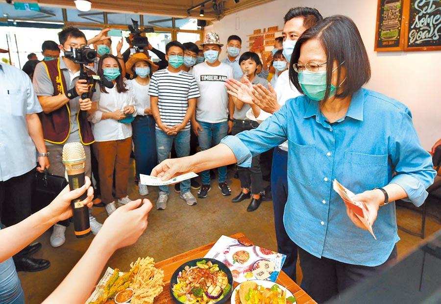 總統蔡英文21日到新竹市首度體驗三倍券,買了美式海陸拼盤、泰式料理等美食,共花了1100元。(新竹市政府提供/陳育賢新竹傳真)