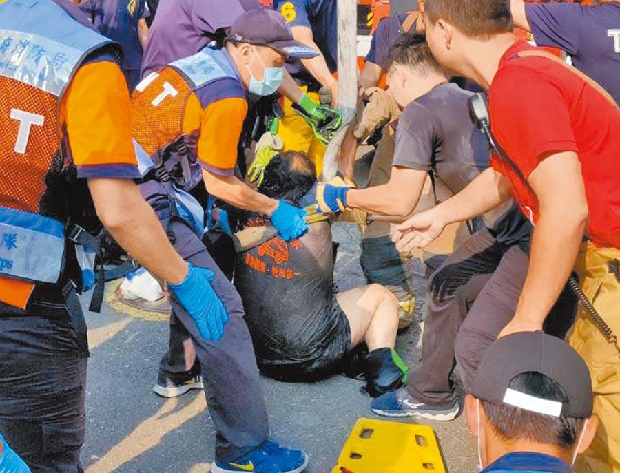 台南市安平水資源回收中心外包工人在地下汙水管線作業時昏迷,消防人員下坑以吊掛方式救人。(洪榮志攝)