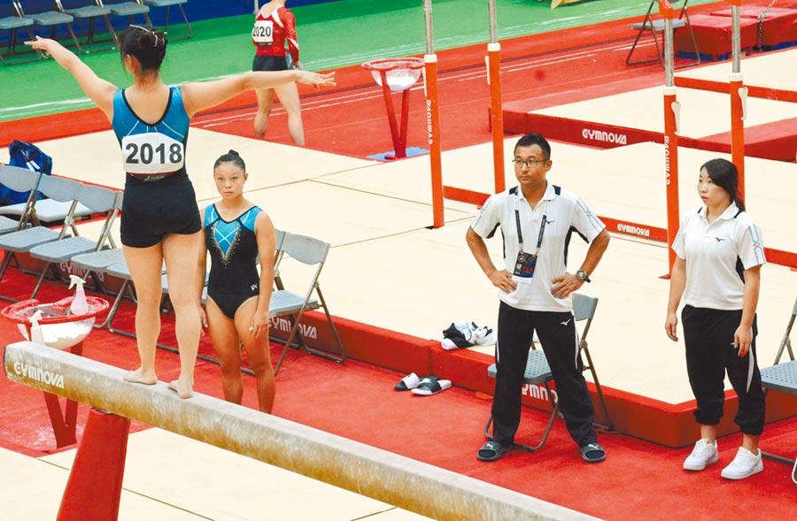 屏東競技體操教練林岑寧(右一)與劉安鈞(右二)緊盯選手練習狀況,盼為地主隊留下好成績。(林和生攝)