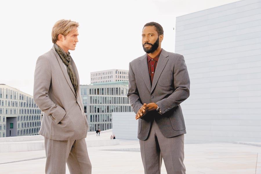 約翰大衛華盛頓(右)及羅伯派汀森演出的《天能》,第3度宣布延期上映。(華納兄弟提供)