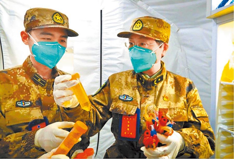 解放軍軍事科學院研究員陳薇(右)領隊研製的新冠病毒疫苗早前進入第二期臨床試驗。(取自新浪微博@健康時報)