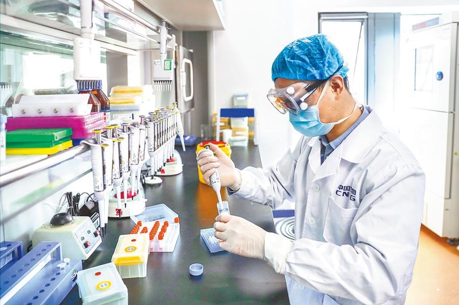 4月11日,醫檢人員在對新型冠狀病毒滅活疫苗樣品進行雜質檢測。(新華社)
