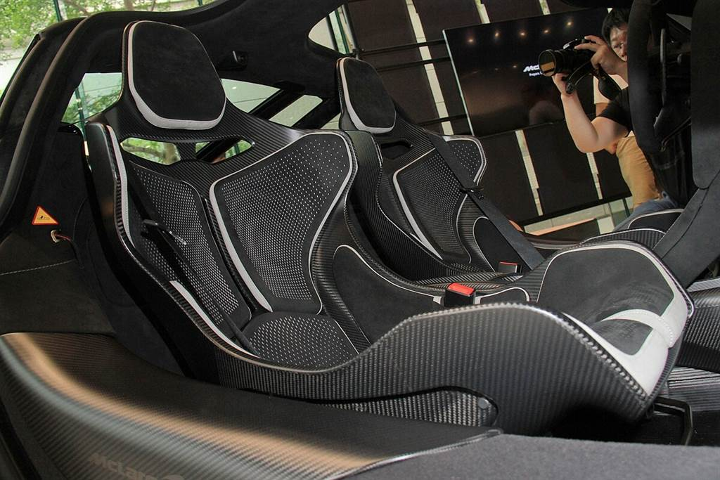 標配座椅為McLaren P1同款座椅,亦可選配會顯著增加重量的720S電動座椅。而抵台亮相的765LT特別選配了Senna桶型賽車椅,並搭配了黑白雙色內裝的選配。