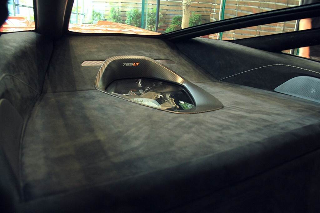 765LT新增了獨特的選配,可允許在後行李空間中放置聚碳酸酯材質的雙層玻璃面板,可露出動力總成的頂部,將視覺效果的「引擎」引入座艙內。而聲覺效果的「引擎」則由無消音包配置的鈦合金排氣系統來伴奏。
