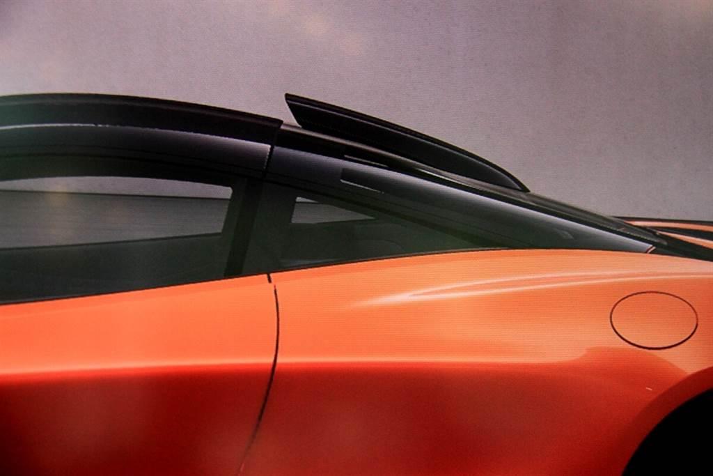 因為是直接改以專屬的碳纖維車台,所以選配要價300萬的車頂通風管道無法於交付之後加裝,必須在訂購時就要決定。主要作用是經由氣流的導入來提升引擎室額外散熱之用,而這項選配同樣包含車內聚碳酸酯雙層透明窗的配置。
