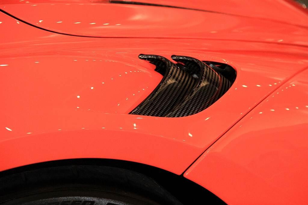 前葉子板上方垂直通風鰓孔主要可提升前輪拱內氣流整流效益來增加前軸下壓力,而這項選配無須加價,所以不選白不選!