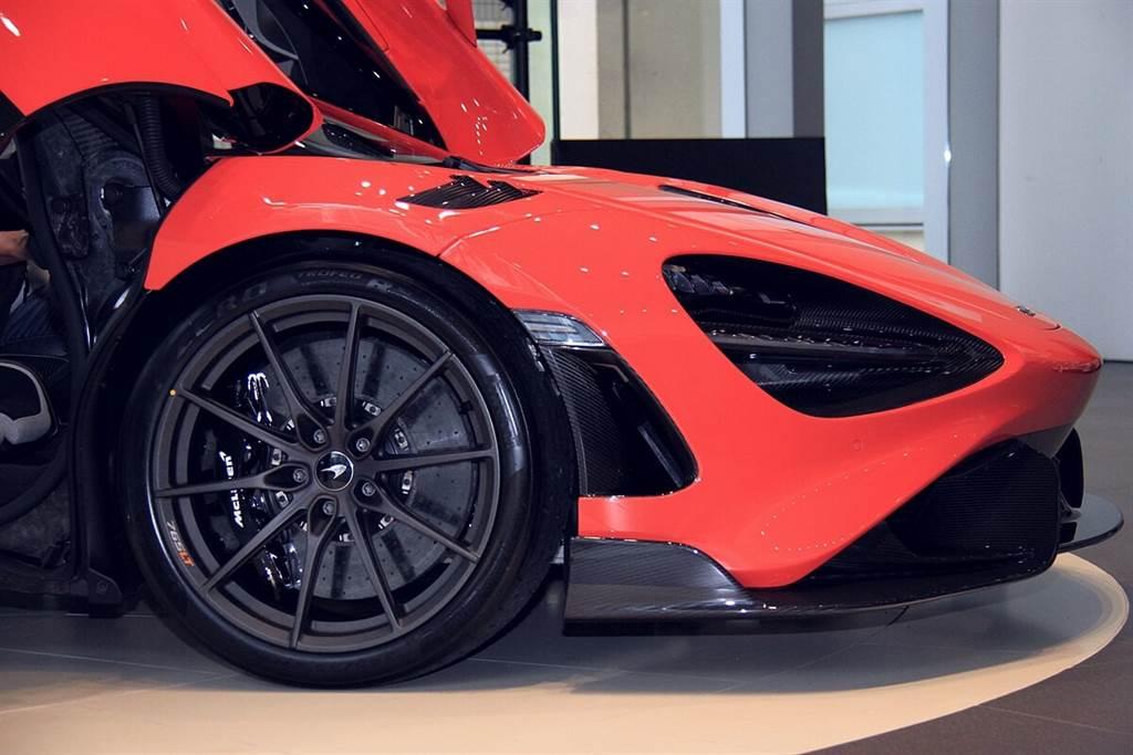 亦可選配新型碳陶瓷煞車系統,其包含了McLaren Senna的卡鉗,並且強度比標準的碳陶瓷盤強約60%,導熱係數則提升至四倍,可降低制動衰減和磨損率。另外,超輕量十幅輪圈為固定造型樣式,並標配定制的倍耐力P-Zero Trofeo R輪胎(MC2新規格)和鈦合金輪圈螺栓,四輪共同可減輕22 kg的重量。