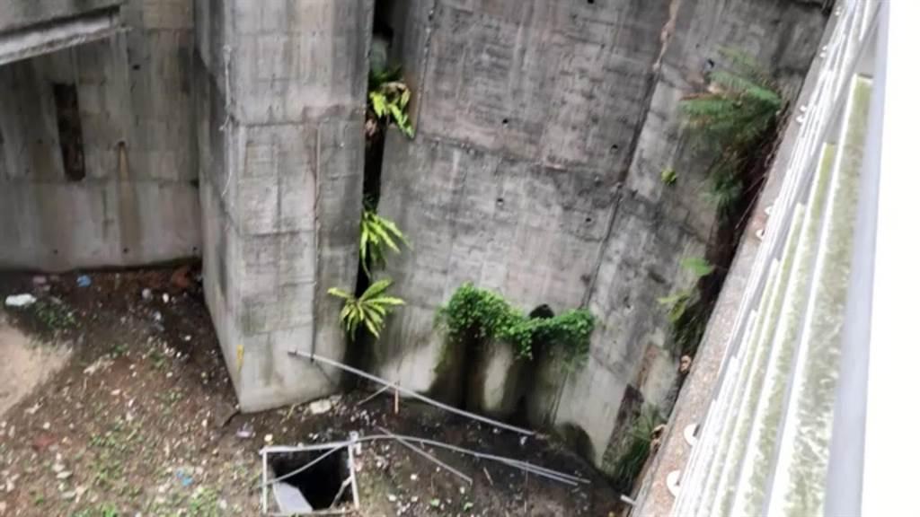 新北市淡水區淡金路38巷走到底卻無路,有深達3層樓高的落差,長年環境髒亂。(市議員陳偉杰提供/賴彥竹新北傳真)