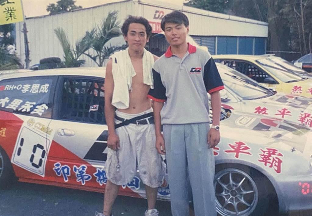 左邊即為17歲,剛剛踏入賽車界的阿威,背景就是龍潭賽車場