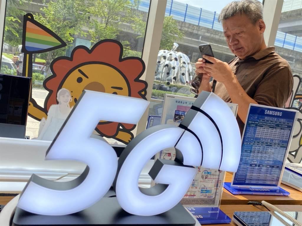 5G資費戰提前開打,中華電信宣布推出精彩5G限時方案,等於修改了當出6月30日開台之際推出的方案。(黃慧雯攝)