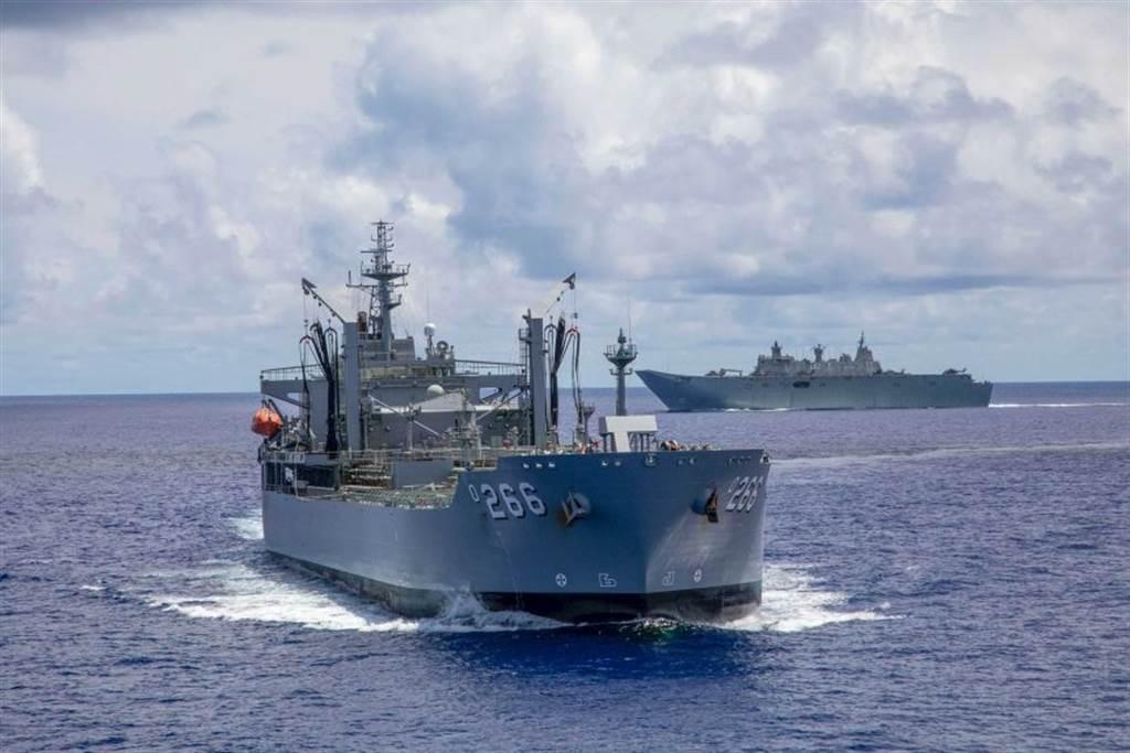 澳大利亞艦隊航經南海預備參加演習時,在南沙群島附近遭解放軍船艦監控,雙方還發生對峙狀態。圖為澳艦隊中的天狼星補給艦(前)與坎培拉號兩棲攻擊艦。(圖/澳大利亞國防部)