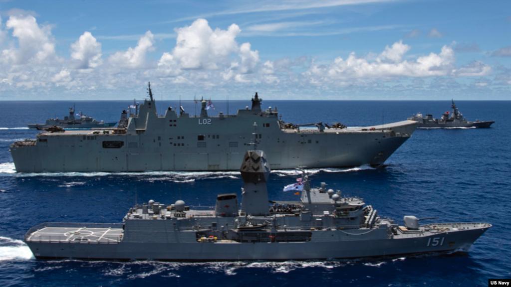 澳洲軍艦加入美國和日本軍艦在菲律賓海舉行聯合軍實。(美國海軍照片)