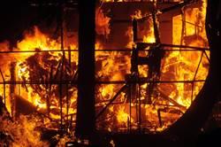 火燒公寓濃煙密布…2童3樓跳窗逃生 熱心民眾集結成功救援