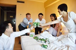 啤酒暢飲、5D飛行體驗 台北福華奇招攬客