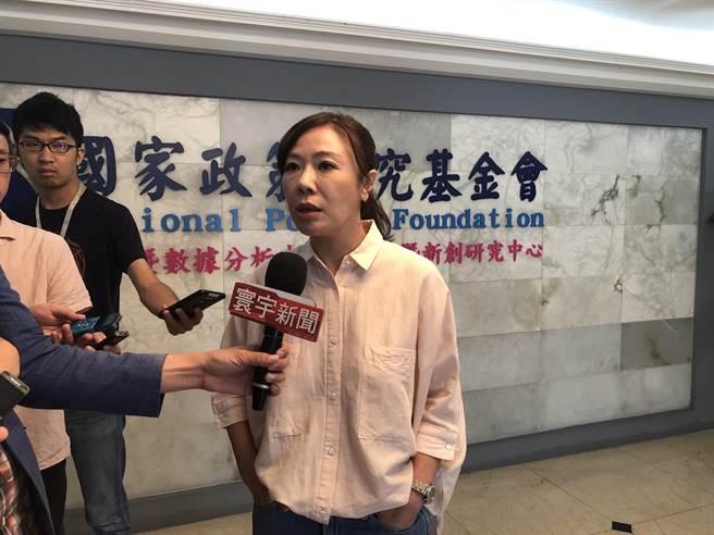 國民黨副祕書長李彥秀上午結束智庫記者會後接受媒體採訪。(趙婉淳攝)