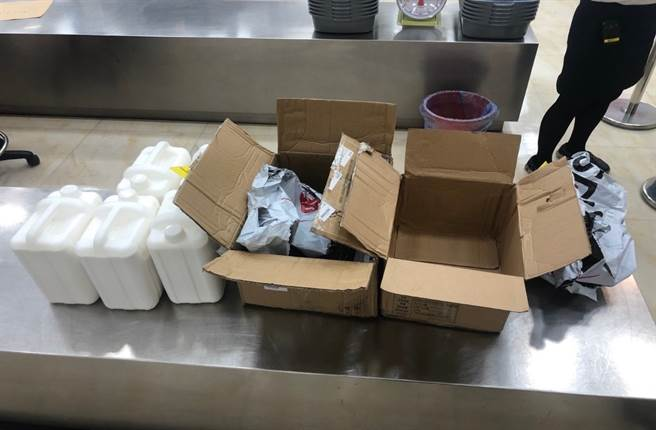 海巡署在在小港機場攔截非法禽流感疫苗裝乳液瓶欲闖關。(中時資料庫)