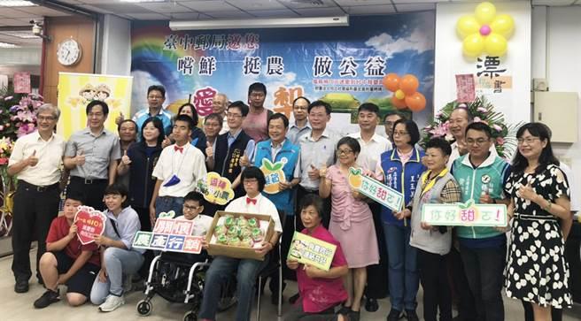 台灣郵政協會捐出130箱水梨禮盒給台中市政府社會局愛心食物銀行,讓受助家戶能吃到營養成份高的水果,拉近中市區一東一西的距離。(台中市政府提供/陳世宗台中傳真)