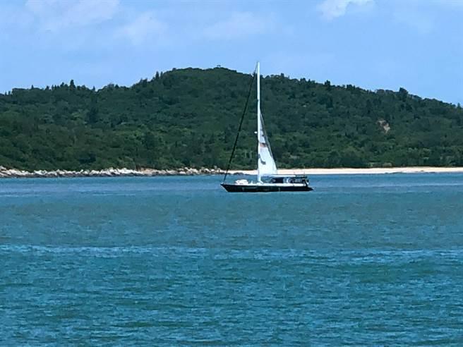 古寧國小學生應邀登船穿越金烈水道,體驗揚帆遨遊海上的樂趣。(李金生攝)
