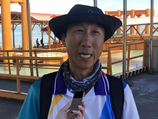岳明國小校長黃建榮帶領「光腳號」,推動「樂觀小帆手‧海洋台灣夢」計畫。(李金生攝)