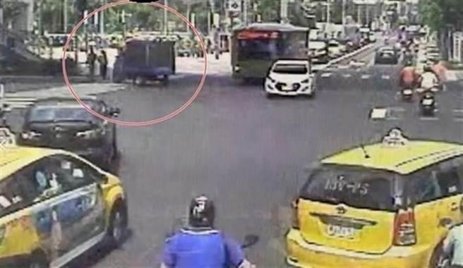 情侶走在斑馬線過馬路,女友突遭左轉貨車撞飛亡,在「幸福路」上瞬間天人永隔。(圖/翻攝中天電視畫面)
