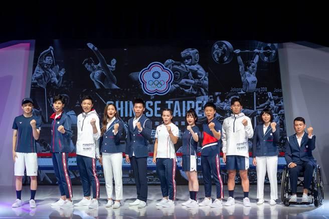 東京奧運倒數一周年,中華健兒出席中華隊戰袍記者會,體操悍將李智凱(左五)與舉重女神郭婞淳(左六)面對即將到來的東奧模擬對抗賽,都期盼能夠突破自我。(中華奧會提供)