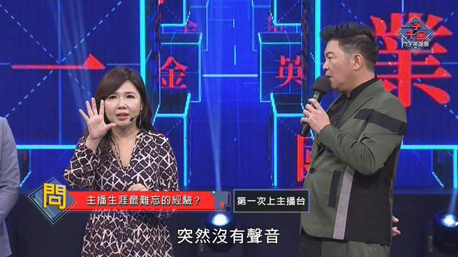 黃明明(左)上節目分享主播台初體驗,右為曾國城。(公視提供)