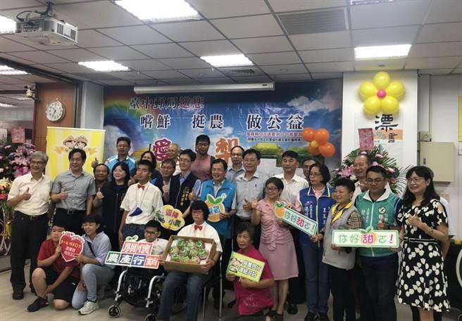無距「梨」挺農做公益,台中郵政協會捐給食物銀行130箱水梨。(台中郵局提供/陳淑芬台中傳真)