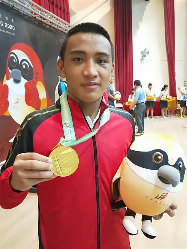 屏東內埔農工拳擊隊員楊仕勛(中)是拳擊及雪橇、雪車雙棲選手,每年只有半年訓練時間,今年首度參加全中運,拿下高男組91KG級冠軍。(潘建志攝)