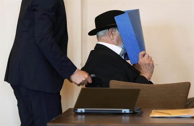 高齡93歲,化名布魯諾D的德國老翁,23日坐輪椅,全程遮住臉孔,在漢堡少年法庭出庭。他17歲擔任納粹集中營獄卒,法院判定他協助殺害超過5千名囚犯有罪,最後被判2年緩刑。(美聯社)