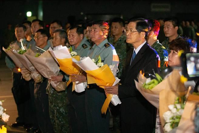 國防部長嚴德發率國軍重要幹部向2位殉職飛行官獻花致意。軍聞社提供