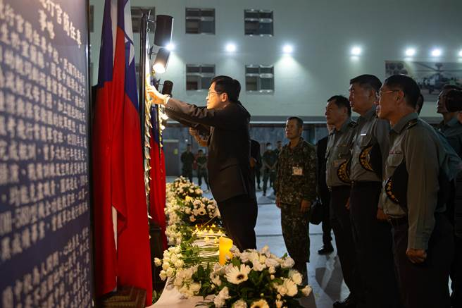 嚴德發將追思話語貼於看板上,感念為國奉獻的精神。軍聞社提供。