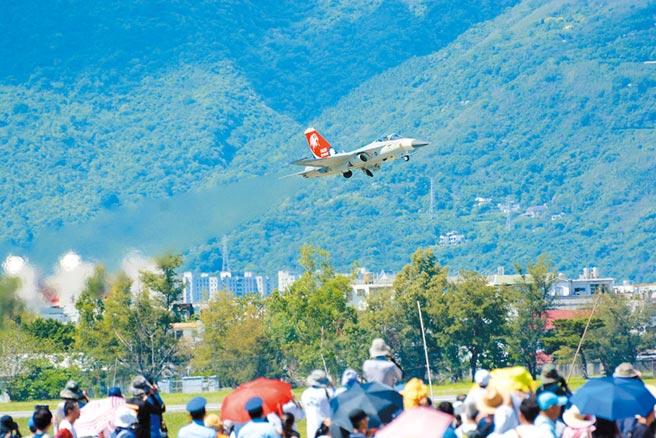 今年是空軍建軍百年,航迷期待8月15日花蓮空軍基地開放戰機飛行科目演出,卻臨時喊卡。(本報資料照片)