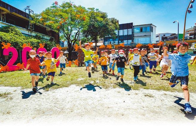 羅東藝穗節打造「森林奇境」裝置藝術,幼兒園學童昨開心地邀請鄉親蒞臨中山公園,欣賞他們的作品。(李忠一攝)