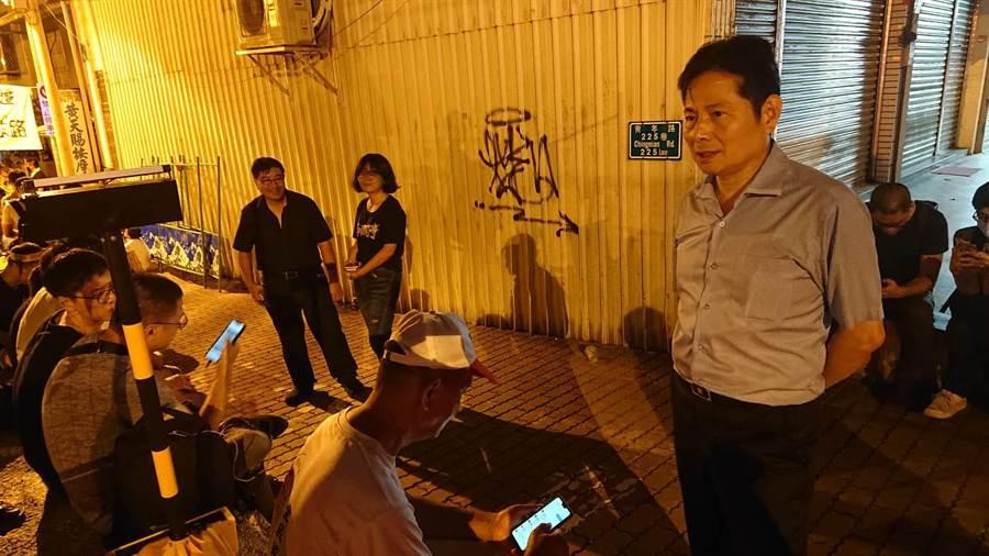 台南市警察局長詹永茂(灰色上衣者)到場與民眾寒暄,反南鐵東移全線自救會會長陳致曉(黑色襯衫者)在一旁凝視。(程炳璋攝)