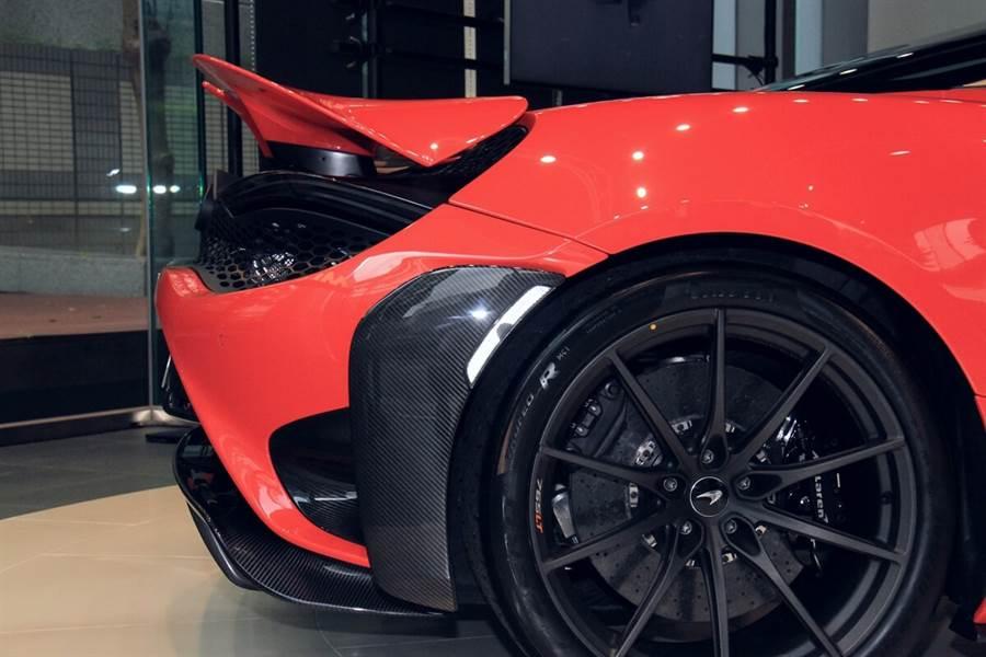 主動式尾翼除了面積比720S的加大20%之外,在兩側還有向中內凹的轉折造型,搭配中央缺口的設計可有降低空氣阻力的效果。