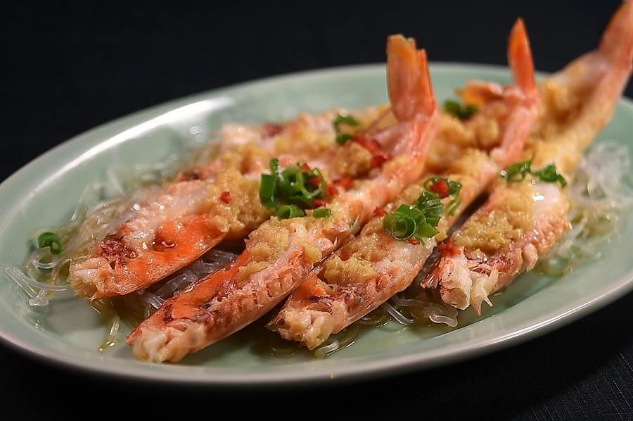 〈蒜蓉粉絲蒸開邊蝦〉是香港廚師收工下班後,約了朋友喝小酒、吃宵夜時必點菜式,如今〈晶華軒〉以澳洲帝皇蝦演繹這道菜。(圖/姚舜)