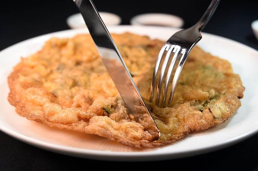 〈橋底煎蠔餅〉等同「潮洲式蚵仔煎」,煎製時蛋液用的多、粉用的少,煎熟後以金黃色餅狀呈現。(圖/姚舜)