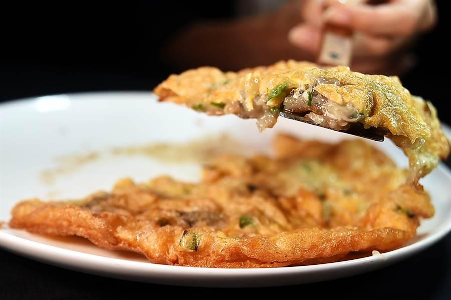 享用〈橋底煎蠔餅〉時可以像吃Pizza一樣,將蠔餅切了塊後搭配甜麵醬與魚露一同食用。(圖/姚舜)