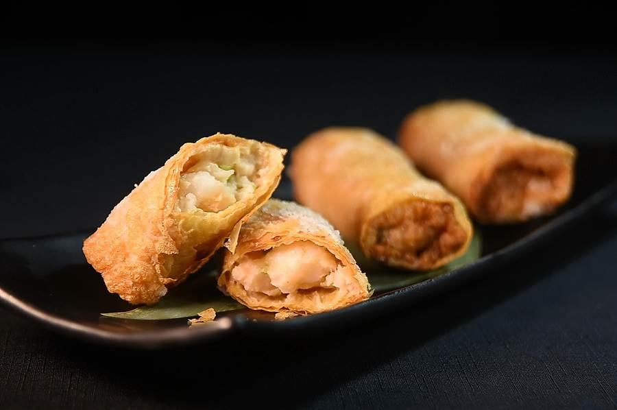 晶華酒店〈晶華軒〉推出「香港好味道2.0版」新菜單,〈鮮蝦腐皮捲〉標榜內餡用掉了一隻半的新鮮白蝦打成蝦漿,再與的馬蹄丁和香菜一同包入豆腐皮作餡。(圖/姚舜)
