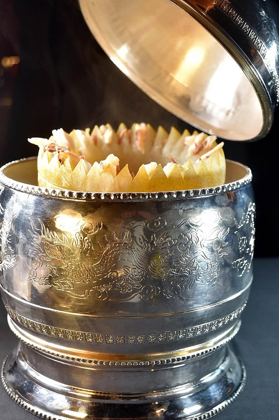 〈晶華軒〉主廚鄔海明繼〈西施泡飯〉之後,再推出頂級美味湯品〈上湯冬瓜盅〉,鮮湯用整顆大冬瓜盛裝煲製,最外層並用純銀器罩著,非常「貴氣」。(圖/姚舜)