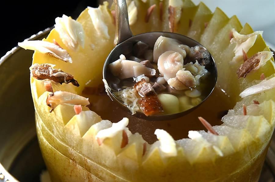〈上湯冬瓜盅〉湯料高級,內有蟹肉、火腿、鮮蝦、冬筍、田雞腿、蓮子,還有燒鴨肉,湯汁濃鮮甘甜。(圖/姚舜)
