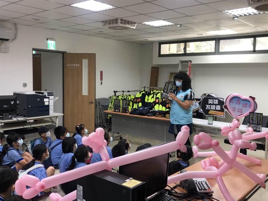 三峽分局新點子,氣球打造頑皮豹和參訪學生同樂。(新北市三峽分局提供/張睿廷新北傳真)