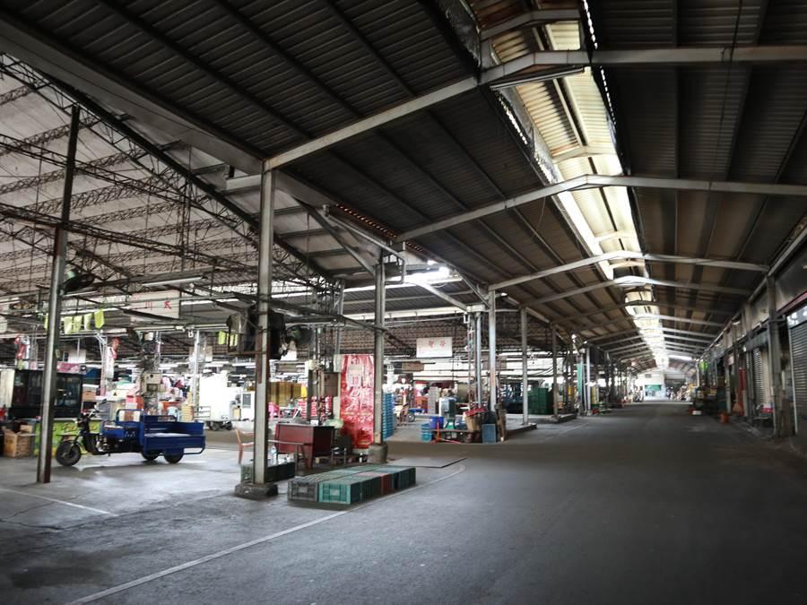 員林果菜市場成立於1957年,當時以南昌路與光明街口的市場,做為主要交易地,但市場交易量日益繁榮,導致原有場地不敷使用,後經中央建議遷地改建於現址,於1976年竣工落成,至今已有44年歷史。(公所提供/吳建輝彰化傳真)