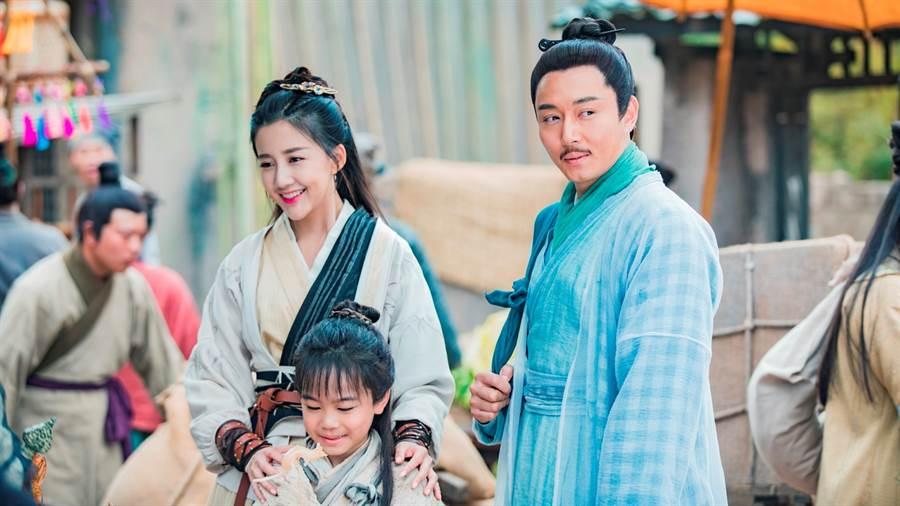 《倚天屠龙记》中韩昊霖感念饰演他爹娘的李东学和陈欣予,不论是戏里戏外都特别照顾他。(图/中视提供)