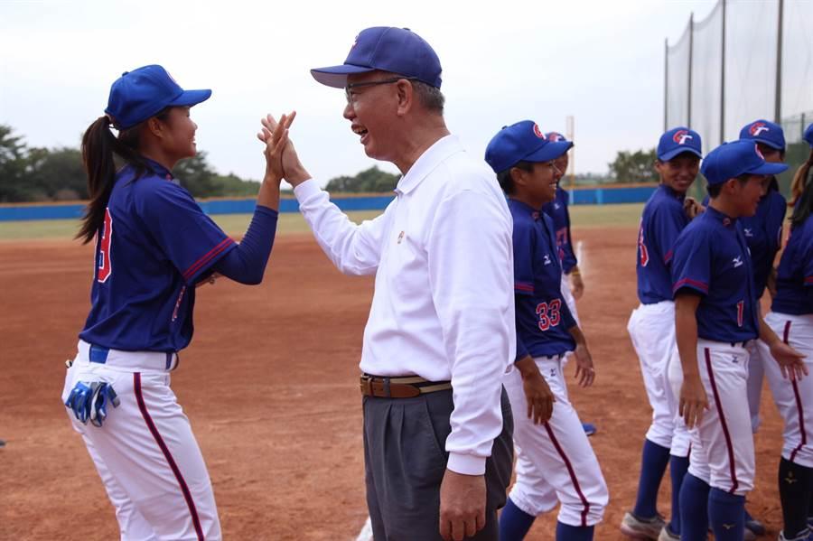 頂新和德文教基金會接棒未來計畫,贊助熱愛棒球的女子選手,左2為基金會創辦人魏應充。(頂新和德文教基金會提供/廖德修台北傳真)