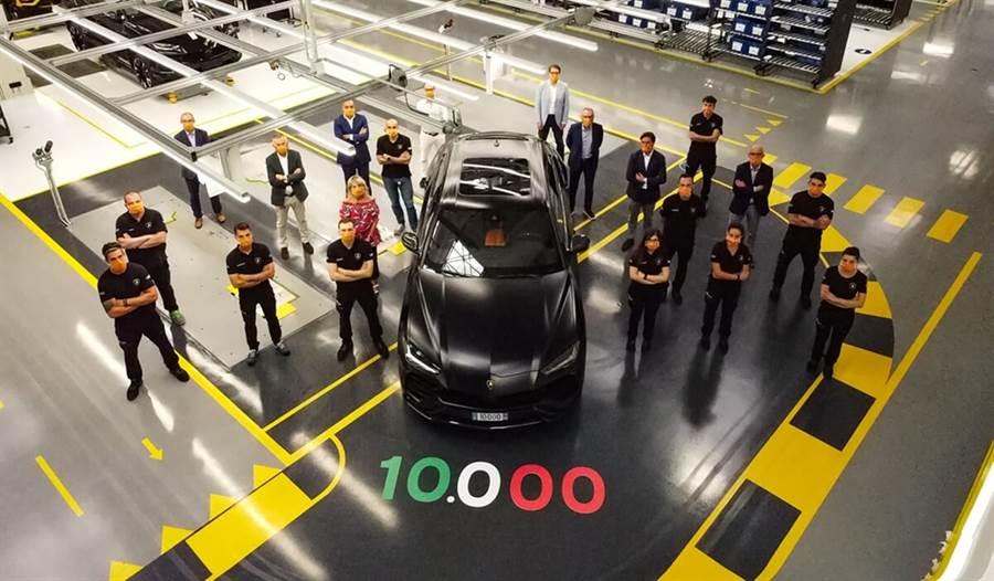 Lamborghini慶祝第一萬台Urus誕生!