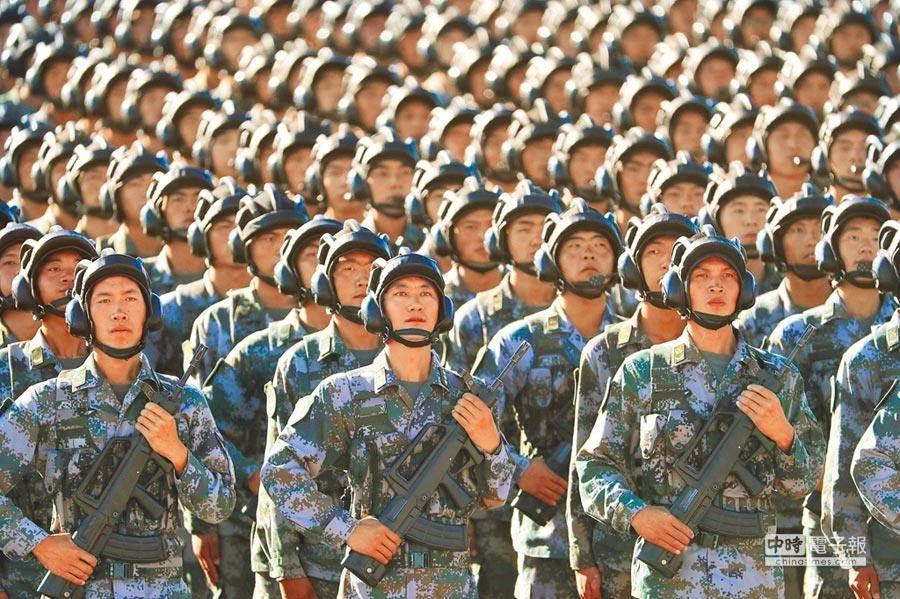 圖為解放軍在內蒙古朱日和訓練基地進行操演。(圖/新華社)