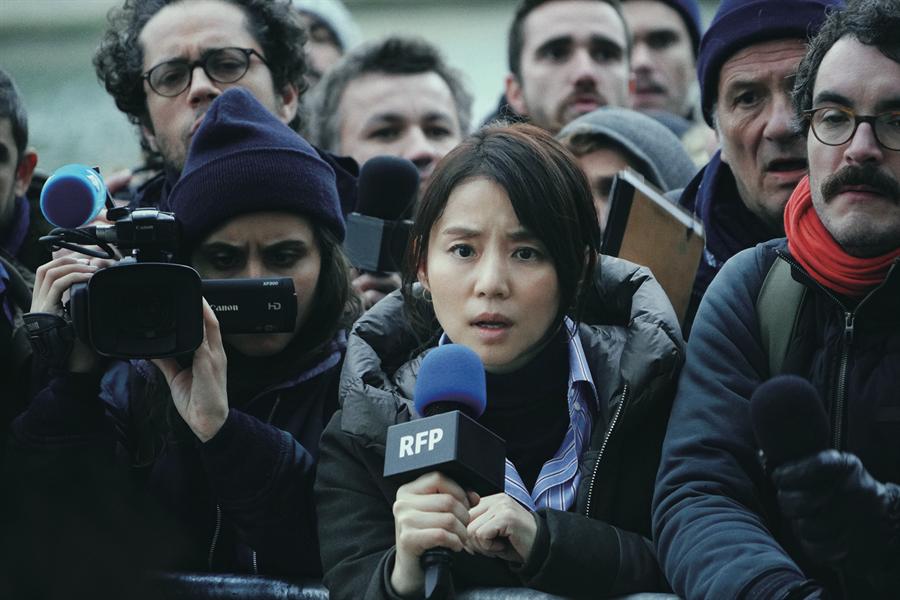 石田百合子在新片《日间演奏会散场时》中饰演成熟聪明的驻外记者。(传影互动提供)